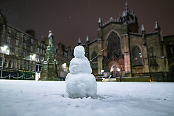 Edinburgh, Scotland, UK. 21 January 2020. Scenes taken between 4am and 5am in Edinburgh city centre after overnight snow fall. Pic St Giles Cathedral and snowman.  Iain Masterton/Alamy Live News