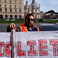 Disoccupati vendono biglietti dell'Atac