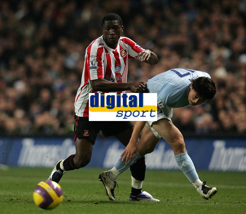 Photo: Paul Thomas/Sportsbeat Images.<br /> Manchester City v Sunderland. The FA Barclays Premiership. 05/11/2007.<br /> <br /> Sunderland's Dickson Etuhu (L) pushes off City's Jihai Sun.