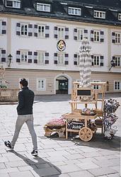 14.04.2020, Zell am See, AUT, Coronavirus in Österreich, im Bild ein Mann in der Fussgängerzone vor einem Verkaufsstand nach der Quarantäne während der Coronavirus Pandemie // a man in the pedestrian zone after the quarantine period during the World Wide Coronavirus Pandemic in Zell am See, Austria on 2020/04/14. EXPA Pictures © 2020, PhotoCredit: EXPA/ JFK