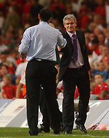 Fotball<br /> 08.09.2004<br /> Wales v Nord Irland<br /> Foto: SBI/Digitalsport<br /> NORWAY ONLY<br /> <br /> Wales' Mark Hughes and Northern Ireland's Lawrie Sanchez shake hands at the end of the game