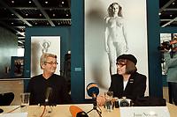 """30 OCT 2000, BERLIN/GERMANY:<br /> Helmut Newton (L), Fotograf, und June Newton (R), im Hintergrund Werke aus Helmut Newtons """"Big Nudes"""" Serie, Pressekonferenz zur Eroeffung der Ausstellung """"Helmut Newton: WORK"""", Neue Nationalgalerie<br /> IMAGE: 20001030-01/02-07"""