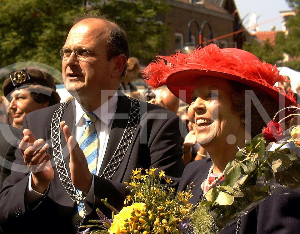 Fotografie Uijlenbroek©1999/Frank Brinkman.99-06-18 oldenzaal ned.koningin tijdens hanze dagen in oldenzaal.samen met burg van oldenzaal peter cammart kijkt naar dansvoorstelling.bedoeld voor peperbus