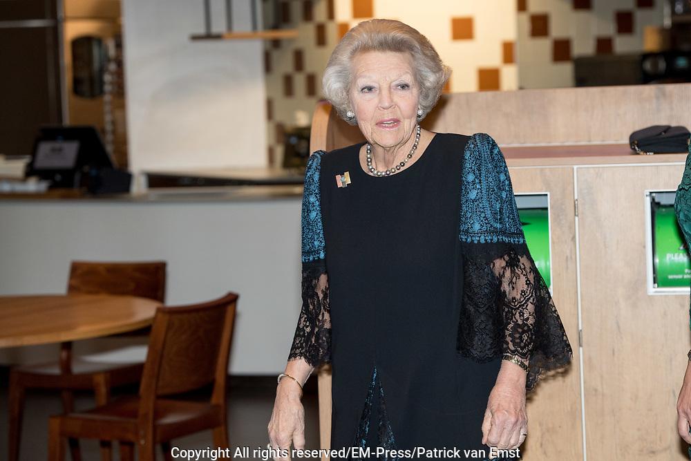 Prins Friso Ingenieursprijs uitgereikt aan Maja Rudinac oprichter van Robot Care systems.<br /> <br /> Prince Friso Engineer Award awarded to Maja Rudinac, founder of Robot Care systems.<br /> <br /> Op de foto: <br />  Prinses Beatrix  /  Princess Beatrix