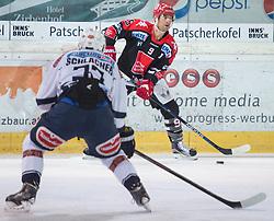 16.10.2015, Tiroler Wasserkraft Arena, Innsbruck, AUT, EBEL, HC TWK Innsbruck die Haie vs EC VSV, 12. Runde, im Bild vl.:  Markus Schlacher (EC VSV), John Lammers (HC TWK Innsbruck Die Haie) // during the Erste Bank Icehockey League 12th round match between HC TWK Innsbruck  die Haie and EC VSV at the Tiroler Wasserkraft Arena in Innsbruck, Austria on 2015/10/16, EXPA Pictures © 2015, PhotoCredit: EXPA/ Jakob Gruber