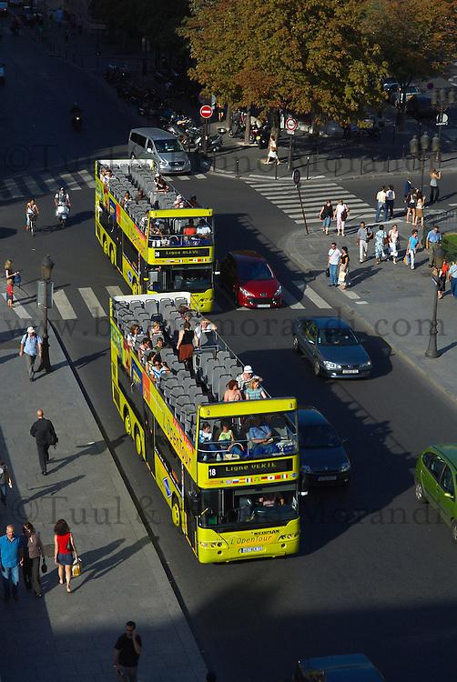 France, Paris (75), la cathédrale Notre-Dame de Paris, bus touristique // France, Paris, Ile de la Cite, Notre Dame Cathedral, tourost bus