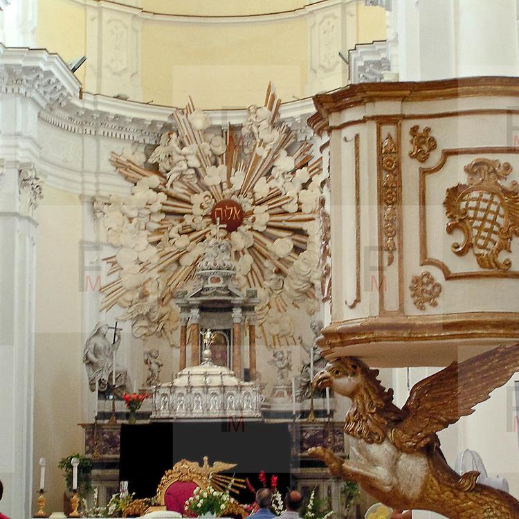 Noto il famoso paese tutelato dall'Unesco per l'architettura barocca..Il pulpito e l'altare della chiesa di San Carlo..Noto, the famous village protected from Unesco for his baroque architecture..The pulpit and the altar of San Carlo church.