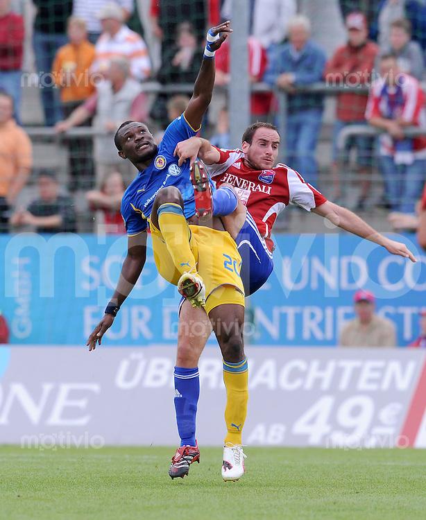 Fussball 3. Bundesliga :  Saison   2009/2010   9. Spieltag  13.09.2009 SpVgg Unterhaching - Eintracht Braunschweig Andreas Brysch  (re, Unterhaching) gegen Kingsley Onuegbu (li, Braunschweig)