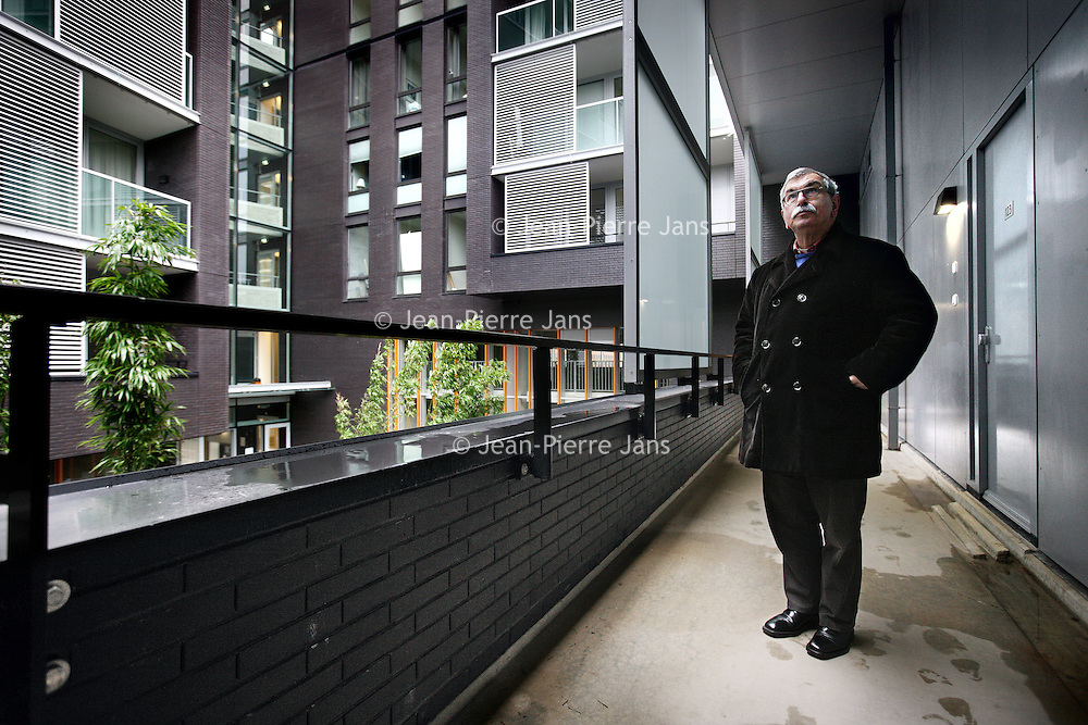 Nederland, Amsterdam , 14 december 2012..Theo Capel bewoont  een appartement in de z.g. Miles Building met uitzicht op de binnenplaats (zie foto).Foto:Jean-Pierre Jans