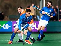 BLOEMENDAAL  - Sander de Wijn (Kampong)  met /Roel Bovendeert (Bldaal)  . Bloemendaal-Kampong (2-1).  hoofdklasse hockey mannen.   COPYRIGHT KOEN SUYK