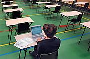 Nederland, Nijmegen, 31-5-2007..Een leerling van het Canisius College mag haar VWO examen doen met een laptop computer omdat zij last heeft van dyslexie. Doordat ze dyslectisch is zit ze op het eind van de tijd als laatste in de zaal...Foto: Flip Franssen