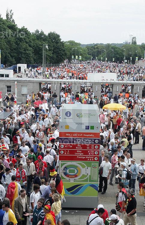 Fussball WM 2006  Viertelfinale   Deutschland - Argentinien ; Germany - Argentina  Menschenmassen stroemen in das Berliner Olympiastadion