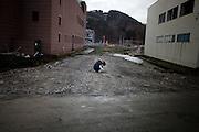 Onagawa  Cérémonie commémorative pour les employés de la banque -  11 mars 2012.13 employés de la banque sont morts ce jour là. Ils devaient restés à leur poste jusquaux derniers moments. La cérémonie eut lieu dans les anciens locaux et rassemblaient les employés, les amis, les familles, les conjoints. Une femme portant la photo de son mari serrée contre elle est restée dehors, trop émue.