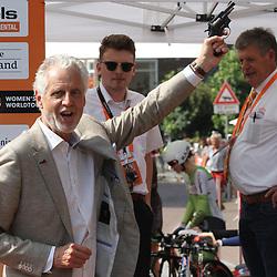 29-08-2017: Wielrennen: Boels Ladies Tour: Wageningen  <br />Wethouder Han ter Maat schoot de eerste renster weg