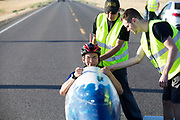 Isaac zit in de Bluenose voor de kwalificaties op maandagmorgen. In Battle Mountain (Nevada) wordt ieder jaar de World Human Powered Speed Challenge gehouden. Tijdens deze wedstrijd wordt geprobeerd zo hard mogelijk te fietsen op pure menskracht. De deelnemers bestaan zowel uit teams van universiteiten als uit hobbyisten. Met de gestroomlijnde fietsen willen ze laten zien wat mogelijk is met menskracht.<br /> <br /> The qualification at Monday morning. In Battle Mountain (Nevada) each year the World Human Powered Speed ??Challenge is held. During this race they try to ride on pure manpower as hard as possible.The participants consist of both teams from universities and from hobbyists. With the sleek bikes they want to show what is possible with human power.