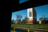 Bialystok, 05.02.2020. Na jednym z blokow mieszkalnych przy ulicy Bema zostal powieszony giga plakat poswiecony majorowi Zygmunt Szendzielarzowi ps Lupaszko dowodcy 5 Wilenskiej Brygady AK. Jego postac wzbudza wiele kontrowersji, jest m.in oskarzany o pacyfikacje litewskiej wsi Dubinki w 1944 roku, gdzie zgineli cywile, w tym kobiety i dzieci. Plakat to wspolna akcja bialostockiego IPN oraz Urzedu Marszalkowskiego N/z plakat poswiecony Lupaszce widoczny z okna autobusu miejskiego fot Michal Kosc / AGENCJA WSCHOD