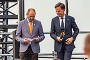 Premier Rutte ontsteekt de herdenkinsvlam namens Nederland bij de viering van 75 jaar vrijheid in Terneuzen.