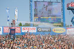 03-08-2013 VOLLEYBAL: EK BEACHVOLLEYBAL: KLAGENFURT <br /> Verkoeling voor het centercourt publiek support<br /> **NETHERLANDS ONLY**<br /> ©2013-FotoHoogendoorn.nl
