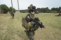 """03 APR 2012, LEHNIN/GERMANY:<br /> Kampfschwimmer der Bundeswehr trainieren """"an Land"""" infanteristische Kampf, hier Haeuserkampf- und Geiselbefreiungsszenarien auf einem Truppenuebungsplatz<br /> IMAGE: 20120403-01-097<br /> KEYWORDS: Marine, Bundesmarine, Soldat, Soldaten, Armee, Streitkraefte, Spezialkraefte, Spezialkräfte, Kommandoeinsatz, Übung, Uebung, Training, Spezialisierten Einsatzkraeften Marine, Waffentaucher"""
