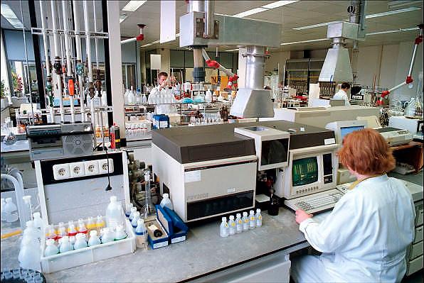 Nederland, Veghel, 27-11-1998Kwaliteitscontrole en ontwikkeling en onderzoek van veevoer bij veevoederproducent CHV, cehave. Veeteelt, dierziekten, bioindustrie, vleesproduktieFoto: Flip Franssen/Hollandse Hoogte