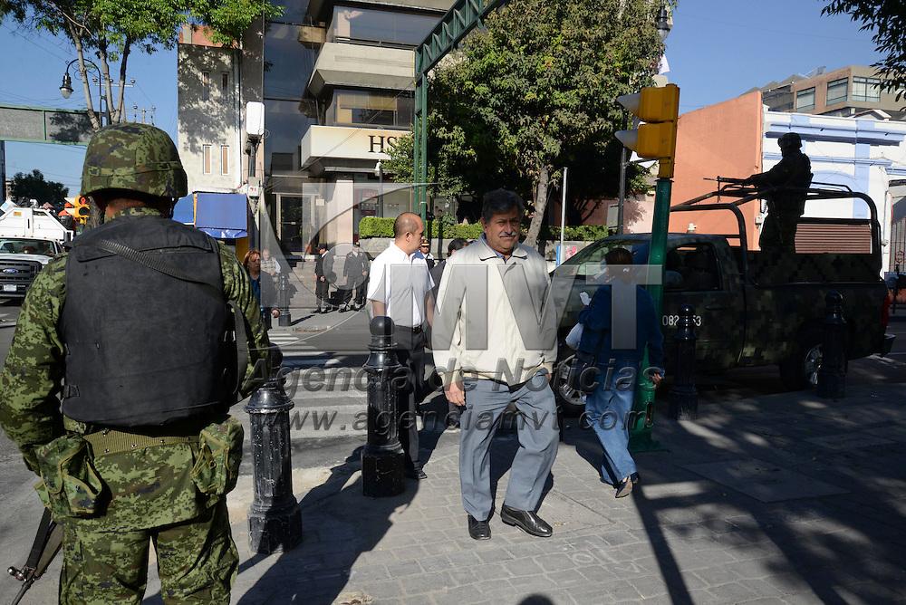 Toluca, México.- Cercos de seguridad en varias cuadras de la ciudad de Toluca se reforzaron debido a la realización de la Cumbre de Líderes de América del Norte que se realizo en la capital mexiquense, algunas calles lucieron vacías y los negocios de la zona centro prefieron no abrir sus puertas. Agencia MVT / Crisanta Espinosa