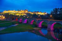 France, Aude (11), Carcassonne, cite medievale classee Patrimoine Mondial de l'UNESCO, le Pont vieux qui traverse le fleuve de l'Aude// France, Aude department, Medieval city of Carcassonne, World heritage of the UNESCO, Le pont vieux, the old bridge, on the Aude river