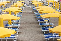 THEMENBILD - leere Strandliegen und Sonnenschirme am Strand. Lignano ist ein beliebter Badeort an der italienischen Adria-Küste, aufgenommen am 15. Juni 2019, Lignano, Italien // empty beach chairs and parasols on the beach. Lignano is a popular seaside resort on the Italian Adriatic coast on 2019/06/15, Lignano Sabbiadoro, Italy. EXPA Pictures © 2019, PhotoCredit: EXPA/ Stefanie Oberhauser