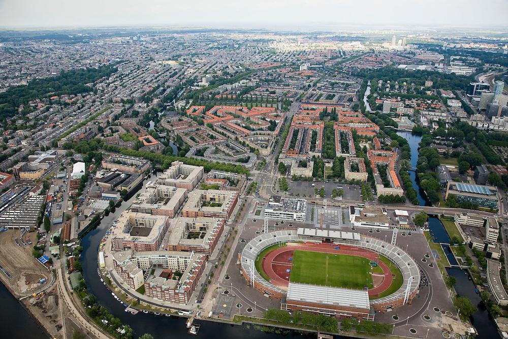 Nederland, Amsterdam, Amsterdam-Zuid, 17-06-2008; overzicht van de stad vanuit Oud-Zuid; in de voorgrond het Olympiaplein met het Olympisch Stadion met links daar van het Olympisch kwartier (nieuwbouwwijk); middenplan: de Stadionbuurt met Stadionweg, links van deze straat de Marathon- en Bertelmanpleinbuurt en rechts de Van Tuyllbuurt; boven het midden de Rivierenbuurt, met rechts de Zuidas, geheel links Vondelpark; aan de horizon centrum van de stad met links Amsterdam-Noord, rechts Amstelstation; landelijk noord in de verre verte ..luchtfoto (toeslag); aerial photo (additional fee required); .foto Siebe Swart / photo Siebe Swart