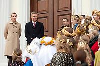 06 JAN 2012, BERLIN/GERMANY:<br /> Christian Wulff (2.v.L), Bundespraesident, und Bettina Wulff (L), Gattin des Bundespraesidenten, vor der Tuere des Schlosses, waehrend dem Sternsingerempfang der 54. Aktion Dreikoenigssingen 2012, Schloss Bellevue<br /> IMAGE: 20120106-01-007<br /> KEYWORDS: Sternsinger, Heilige drei Könige, Heilige drei Koenige, Dreikönigssingen, Ehefrau, Politikerfrau,
