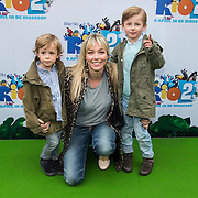 NLD/Amsterdam/20140406 - Inloop filmpremière Rio 2, Renate Verbaan en kinderen Julian en Benjamin