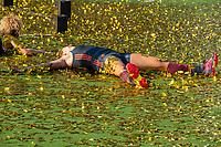 ANTWERPEN -  Oranje wint goud. Frederique Matla (Ned) tussen de gouden confettisnippers. .  De finale  dames  Nederland-Duitsland  (2-0) bij het Europees kampioenschap hockey. COPYRIGHT  KOEN SUYK
