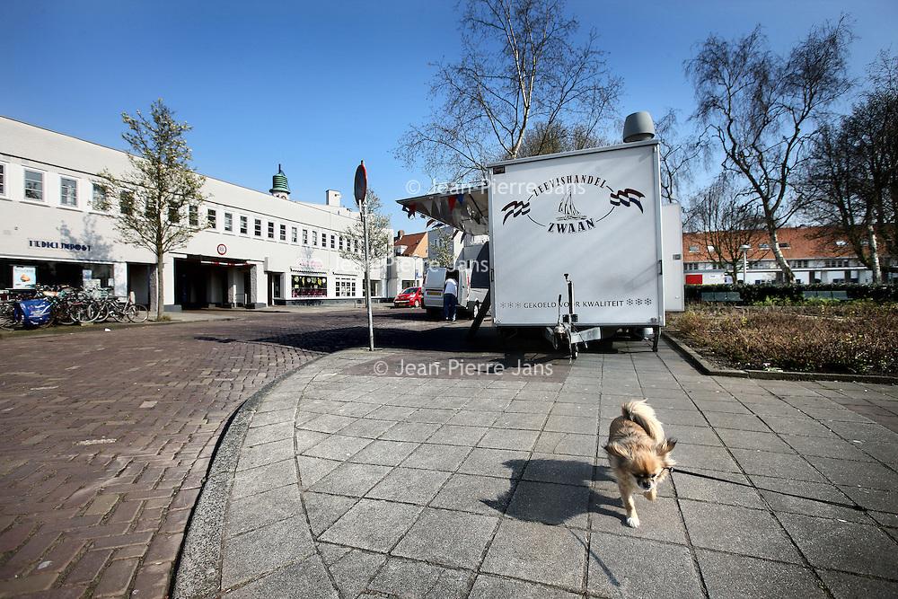 Nederland, Amsterdam , 5 april 2012..De Brink binnen de wijk Betondorp.De wijk werd opgezet rond een centraal plein, Brink geheten, waar de belangrijkste straten op uitkomen..De buurt werd gebouwd tussen 1923 en 1925 als Tuindorp Watergraafsmeer, maar doordat voor het eerst veel beton werd toegepast bij de bouw van de woningen, ging het in de volksmond al snel Betondorp heten. De buurt was bedoeld als experiment om de mogelijkheden te verkennen van de toepassing van beton in de volkshuisvesting, maar een tekort aan bakstenen door de vele woningbouw in Nederland en de oplopende prijzen van bakstenen speelden zeer zeker ook een rol..Foto:Jean-Pierre Jans