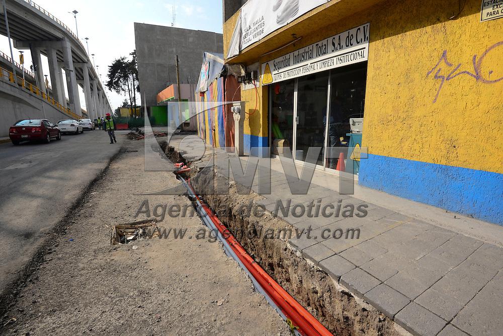 Toluca, México (Abril 20, 2016).- Ejidatarios de San Mateo Otzacatipan, encabezados por su comisario ejidal, Salomón Rivera Nava, acusaron a la SCT en el Estado de México de no acatar una resolución de un juez federal en donde se ordena la suspensión de cualquier obra en esa localidad, si antes no se indemniza a los ejidatarios por las afectaciones causadas por la construcción del distribuidor vial López Portillo-Boulevard Aeropuerto.  Agencia MVT / Crisanta Espinosa