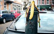 De straten van Den Haag. Paal met banaan. | The streets of The Hague. Pole with banana.