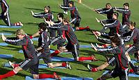 Fotball / Football<br /> Tyskland - Germany<br /> FC Köln training at La Manga - Spain<br /> 05-14.01.2007<br /> Foto: Morten Olsen, Digitalsport<br /> <br /> GERMANY OUT<br /> <br /> Köln players doing the warm up / stretching