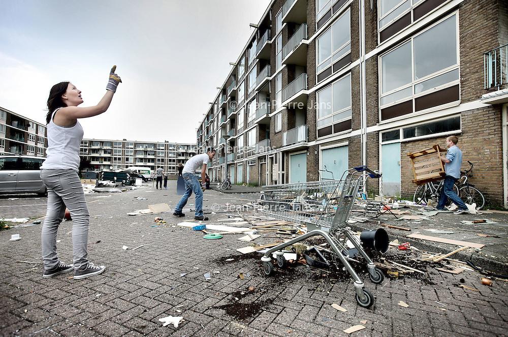 Nederland, Amsterdam , 27 mei 2010..Anti krakers in de Nootdorpstraat in de wijk Sloten ontruimen hun woning..Foto:Jean-Pierre Jans