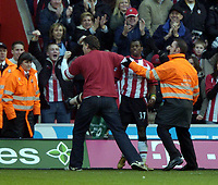 Fotball<br /> Premier League 2004/05<br /> Southampton v Everton<br /> 6. februar 2005<br /> Foto: Digitalsport<br /> NORWAY ONLY<br /> Henri Camara celebrates his goal with a pitch invader.