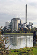 Nederland, Nijmegen, 29-10-2004Elektriciteitscentrale van elektrabel bij Nijmegen. Zichtbaar zijn de milieuvoorzieningen voor reiniging, filteren van de rookgassen. NOX, vliegas, zwavel, uitstoot CO2, verbranding steenkool,elektriciteitmarkt, stroom, producentFoto: Flip Franssen/Hollandse Hoogte