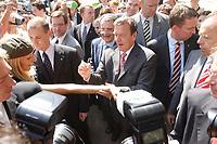 18 JUL 2003, BERLIN/GERMANY:<br /> Romano Prodi (Mi-L halb hinter Schroeder), Praesident der EU-Kommission, und Gerhard Schroeder, SPD, Bundeskanzler, der - umgeben von Personenschuetzern - einer Passantin ein Autogramm auf den Unterarm schreibt, waehrend einem Spaziergang, Unter den Linden<br /> IMAGE: 20030718-02-005<br /> KEYWORDS: Gerhard Schröder, Personenschutz, BKA, Bodyguard