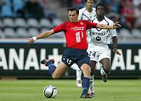 Fotball<br /> Frankrike 2004/05<br /> Lille v Bordeaux<br /> 21. august 2004<br /> Foto: Digitalsport<br /> NORWAY ONLY<br />  MILENKO ACIMOVIC (LIL) / ANTONIO MAVUBA (BOR)