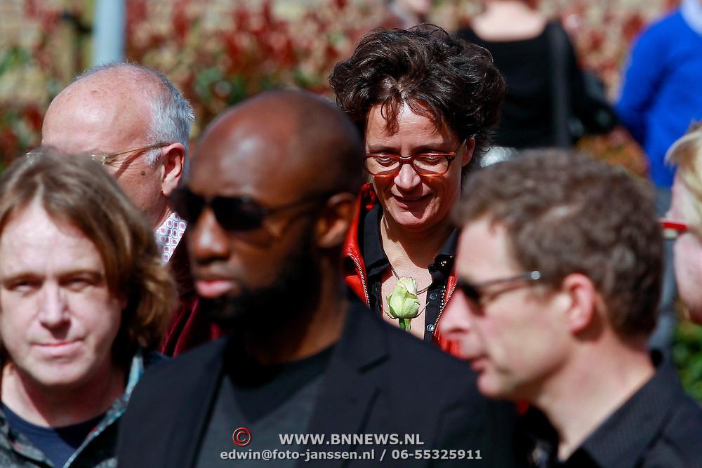NLD/Huizen/20110402 - Uitvaart Floor van der Wal, Lenette van Dongen