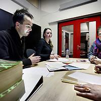 Nederland, Amsterdam , 8 december 2010..Clienten krijgen hulp van rechtenstudenten tijdens de spreekuur in Rechtswinkel Amsterdam in de Dusartstraat die met opheffing wordt bedreigd vanwege stopzetting subsidie..Foto:Jean-Pierre Jans