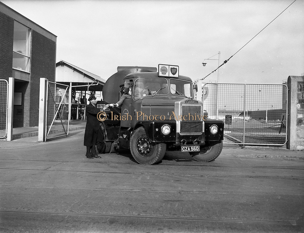 30/10/1961<br /> 10/30/1961<br /> 30 October 1961<br /> Irish Shell: Scammell HighwaymanTruck and tanker trailer on leaving the BP depot at North Wall, Dublin.