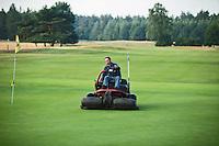 LOCHEM - Greenkeeper, maaien van de green. Lochemse Golf- & Countryclub 'De Graafschap. COPYRIGHT KOEN SUYK