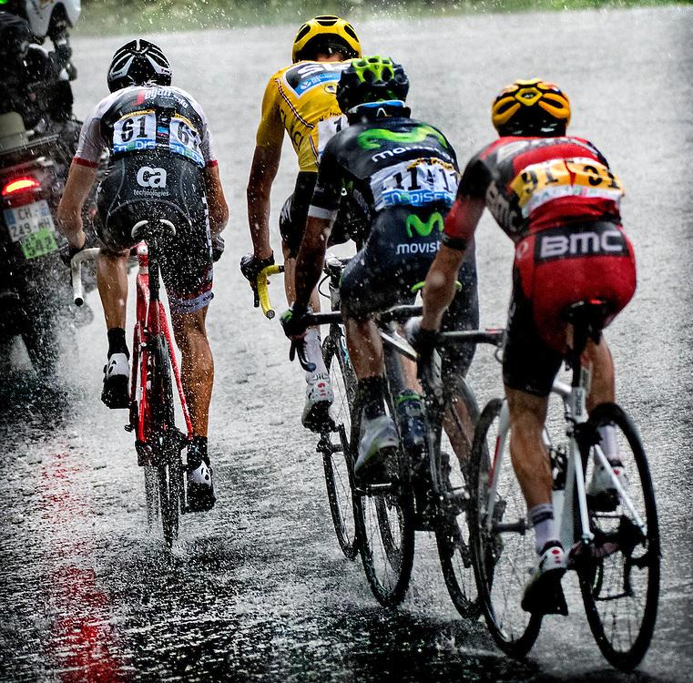Frankrijk, Andorra Arcalis, 10-07-2016<br /> Wielrennen, Tour de France, 9e etappe.<br /> Van Vielha Val D'Aran naar Andorra Arcalis.<br /> Bauke Mollema ( 61 ), Chris Froome (Gele Trui ), Nairo Quintana ( 11 ) en Richie Porte ( 91 ) tijdens de beklimming van de Andorra Arcalis in de stromende regen en de dikke hagelstenen.<br /> Foto: Klaas Jan van der Weij