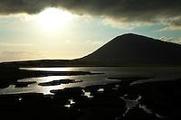 Prado litoral en Taobh Tuath (Northton) y monte Ceapabhal.  Machair in Taobh Tuath (Northton) and Ceapabhal hill. South Harris Island. Outer Hebrides. Scotland, UK