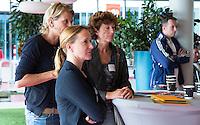 AMSTERDAM - Tischa Neve met Karin Pannekoek (r) KNHB Symposium Train de Trainer, voor trainer, coach , begeleider binnen het aangepaste hockey. Dit alles in het Ronald MacDonald Centre in Amsterdam. COPYRIGHT KOEN SUYK