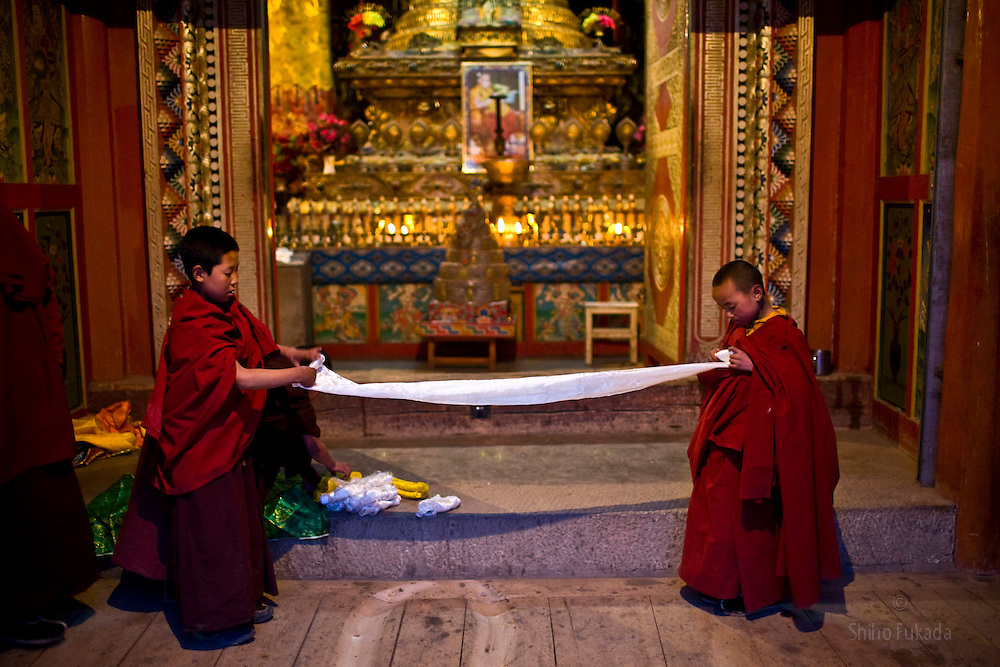 Tibet New Year - China - Edward Wong<br /> Child monks fold khata, sacred scarves, at Rongwo monastery  (Longwu in Chinese) in Rebkong (Tongren in Chinese), Qinghai province in China, February 23, 2009. Photo by Shiho Fukada for The New York Times