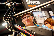 Nederland, Utrecht, 21-02-2016<br /> Een man kijkt naar een elektrische vakantiefiets. In Utrecht wordt in de Jaarbeurs de Fiets- en Wandelbeurs gehouden. De beurs richt zich op actieve buitensportvakanties. Fietsers en wandelaars kunnen informatie vinden over materieel en reizen, lezingen volgen en het een en ander uitproberen.<br /> <br /> In Utrecht at the Jaarbeurs the Cycling and Walking Fair is held. The exhibition focuses on active outdoor holidays. Cyclists and hikers can find information on equipment and trips, lectures and follow a few things to try.