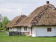 Chałpa kryta słomianą strzechą. Muzeum Wsi Kieleckiej – Park Etnograficzny w Tokarni.